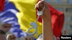 Перед будівлею Конституційного суду Румунії в Бухаресті протестували супротивники Траяна Бесеску, які прагнули усунути його з посади остаточно, 21 серпня 2012 року