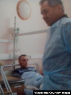 Фотография из госпиталя им. Бурденко, на которой Евгений Усов запечатлен в кадре с министром обороны России Сергеем Шойгу