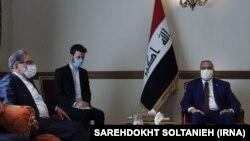 علی شمخانی، دبیر شورای عالی امنیت ملی ایران (سمت چپ) در دیدار با مصطفی الکاظمی، نخست وزیر عراق (سمت راست)