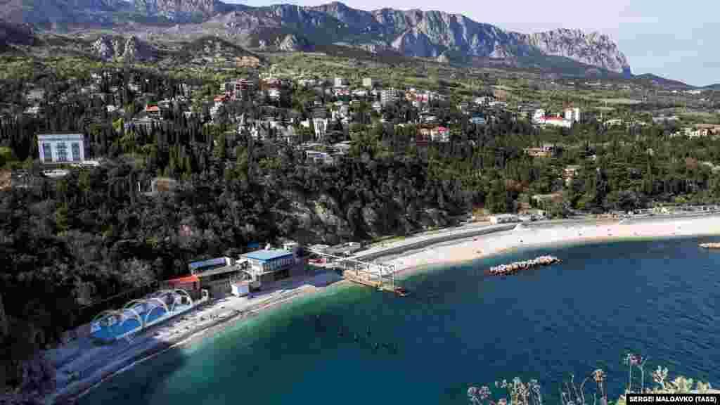 Селище міського типу Сімеїз, що на південному узбережжі Криму, із заходу захищене горою Кішка, з півночі – гірським масивом Ай-Петрі, а з півдня омивається Чорним морем. Тут майже в первозданному стані знаходяться скелі і природні парки. Над Сімеїзом нависають кам'яною стіною урвища Головної гряди Кримських гір