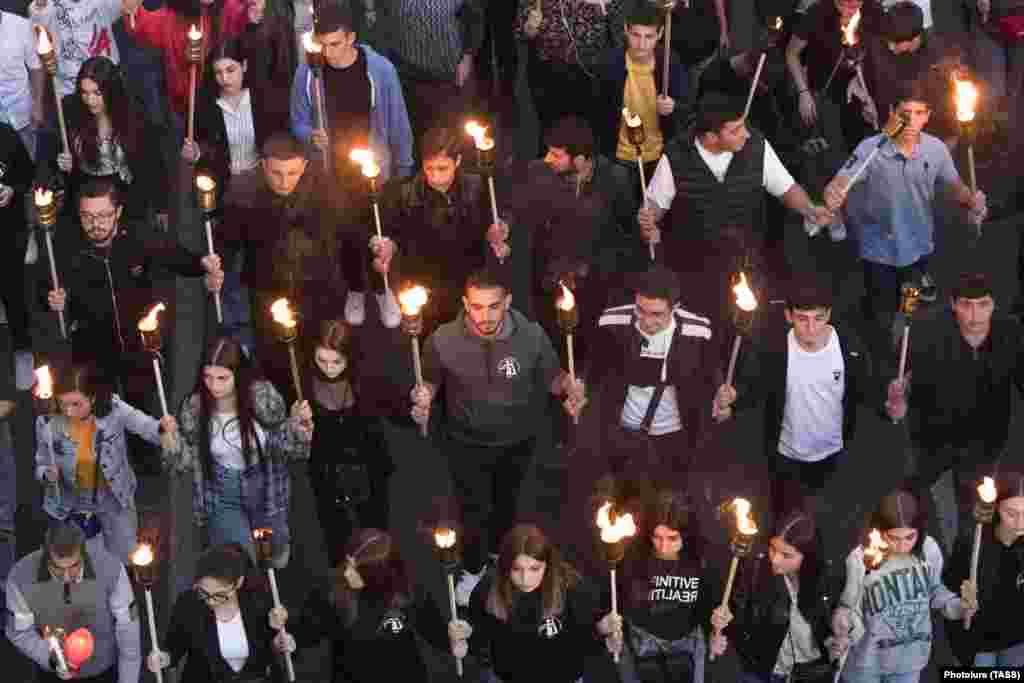 У сталіцы Армэніі Ерэване людзі ідуць з паходнямі ў памяць аб ахвярах узброенага канфлікту паміж Азэрбайджанам і Армэніяй у 2020 годзе за Нагорны Карабах.