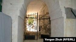 Ворота у Художественного музея имени М.П. Крошицкого