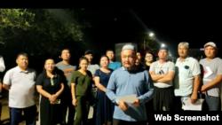 На кадре из видео — активисты выступают в поддержку участников пикетов за воссоединение с родственниками в Синьцзяне. Жанаозен, июль 2021 года