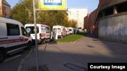 23 сентября, очередь из скорых к приемному покою Покровской больницы Санкт-Петербурга