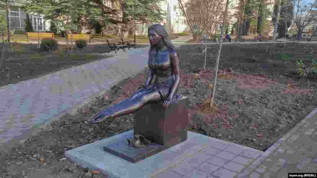 Скульптура «Дівчина відпочиває»