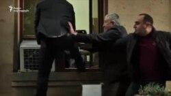 მოსამართლე ცდილობს სასამართლოს ბლოკირებულ შენობაში ფანჯრიდან შეძრომას