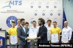 Bogdan Micu primește o diplomă de merit de la Ministrul Tineretului și Sportului, Eduard Novak, în cadrul festivității de premiere a sportivilor Federației Române de Alpinism și Escaladă, pentru rezultatele obținute în competițiile internaționale.