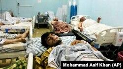 شماری از زخمی های حمله های انتحاری که روز پنجشنبه در بیرون از میدان هوایی کابل رخ داد.