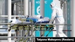 Русија - Медицинско лице пренесува заразен со ковид