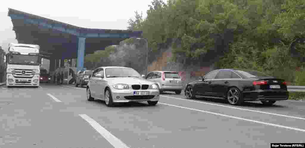 Policia e Kosovës tha se marrëveshja për targat po zbatohet në të gjitha pikat kufitare të Kosovës. Në mëngjesin e 4 tetorit, në pikën kufitare në Jarinjë, të gjitha automjetet që hynin dhe dilnin nga Kosova pajiseshin me letra ngjitëse.