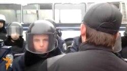 Внутрішні війська вишикувалися спиною до барикад на Хрещатику