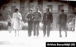 Nadia Comăneci și mama ei (în stânga), filate de Securitate, cu doi reprezentanți ai CNEFS, după fuga lui Bela Karolyi.