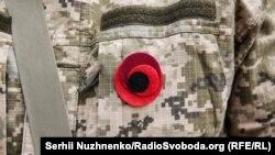 Червоний мак як символ пам'яті на формі українського військового під час відзначення Дня пам'яті та примирення