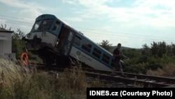Від удару пасажирський мікроавтобус відкинуло на кілька метрів, а потяг зійшов з рейок