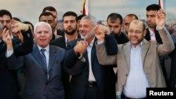 عزام الاحمد٬ از مقامهای ارشد جنبش فتح (چپ)٬ اسماعیل هنیه٬ رئیس دولت حماس (وسط) و موسی ابو مرزوق٬ از رهبران ارشد حماس (راست) پس از توافق بر سر تشکیل دولت ملی