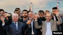 Gaza -- Fatah və Hamas liderləri barışığın imzalanmasından sonra, 23 aprel, 2014.