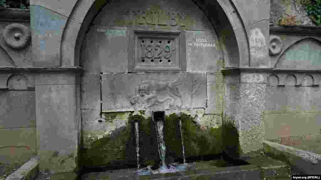 Воду из старого источника на территории дворца-музея лучше не пить