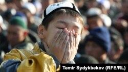 Un copil musulman rugîndu-se...