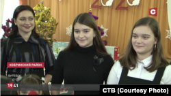 Унучкі Аляксандра Лукашэнкі Дар'я (зьлева) і Анастасія. Скрыншот: СТВ
