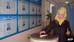Женщина голосует на избирательном участке в Ташкенте, 29 марта 2015 года.