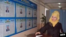 Женщина на избирательном участке в Ташкенте. 29 марта 2015 года.