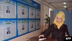 Гражданка Узбекистана голосует в день президентских выборов 29 марта 2015 года.