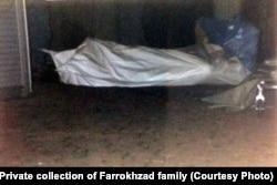 تصویری از کیسه حمل جسد فریدون فرخزاد، مقابل در آپارتمانش در شهر بن