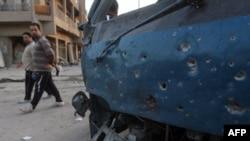 Pamje ku shihet një makinë e dëmtuar pas një eksplodimi të mëparshëm në lagjen Sadër Siti të Bagdadit
