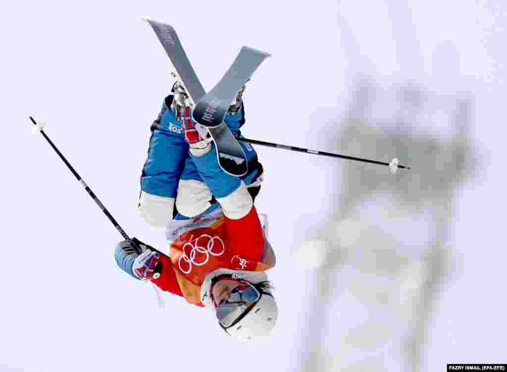 Лыжная акробатика: Мари Мартинод из Франции во время соревнований по лыжной акробатике среди женщин в парке Bokwang Phoenix на Олимпийских играх в Пхенчхане. Мари выиграла серебряную медаль