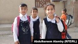 طالبات صغيرات يتوجهن الى مقاعد الدراسة في البصرة