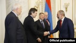 Сопредседатели Минской группы ОБСЕ на встрече с премьер-министром Армении Николом Пашиняном (архив)