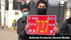 Байболат Кунболатулы у консульства Китая. Алматы, 16 марта 2020 года.