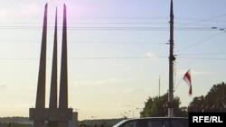 Бел-чырвона-белы сьцяг на плошчы Перамогі ўцэнтры Віцебску.