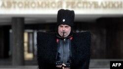 Қырымда казак киімін киіп жүрген адам. Симферополь, 12 наурыз 2014 жыл.