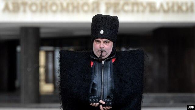 """""""Крымский козак"""" у входа в парламент полуострова, 12 марта 2014 года"""
