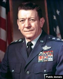ژنرال هویزر در زمستان تاریخی ۵۷ فرستاده رئیس جمهور آمریکا بود به کشوری که یکی از مهمترین متحدین آمریکا در منطقه محسوب میشد.