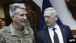 Министр обороны США Джеймс Мэттис (справа) и генерал армии США Джон Николсон, командующий американскими войсками в Афганистане.