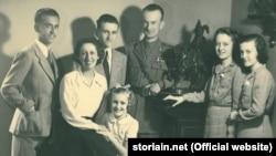 Дзузеппе Кордеро Ланца ді Монтедземоло (посередині), засновник та керівник Підпільного військового фронту Рима (Fronte Militare Clandestino) разом із сім'єю. Рим, 1941 рік