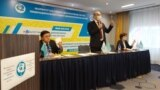 Жалпыұлттық социал-демократиялық партияның төрағасы Асхат Рақымжанов (ортада) алдағы парламент сайлауына бойкот жариялау туралы шешім қабылданған съезді басқарып тұр. Нұр-Сұлтан, 27 қараша 2020 жыл.
