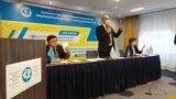 Председатель Общенациональной социал-демократической партии Асхат Рахимжанов (в центре) на съезде, который принял решение бойкотировать назначенные на январь выборы. Нур-Султан, 27 ноября 2020 года.