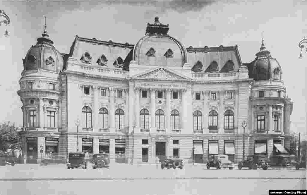 Palatul Fundatiei Carol I, astăzi Biblioteca Centrală Universitară, București. Mutați butonul rotund stânga-dreapta de-a lungul fotografiei pentru a vedea imaginile de atunci și de acum