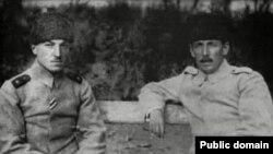 Nuru paşa (sağda) yavəri ilə birgə Bakıda (1918)