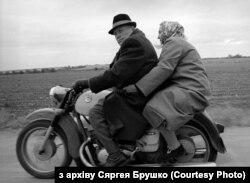 Пара на матацыкле едзе па сельскай дарозе, 1997 год