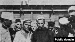 Afanasi Matiușenko, în centru stânga, cu cămașă albă