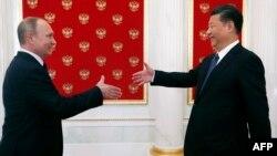 Рускиот претседател Владимир Путин со кинескиот претседател Кси Џинпинг.