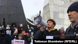 Участники митинга против коррупции. Бишкек, 25 ноября 2019 года.