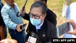 Кхин Маунг Зау, адвокат находящихся под арестом лидера Аун Сан Су Чжи и президента Бирмы Вин Мьина, отвечает на вопросы журналистов. Нейпьидо, 15 марта 2021 года.