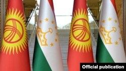 Флаги Кыргызстана и Таджикистана. Иллюстративное фото.