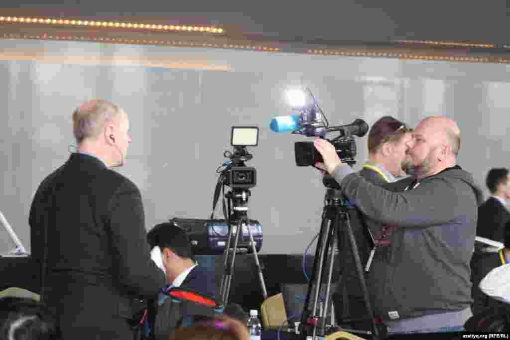 Журналисты во время работы в пресс-центре.