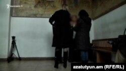Ապօրինի որդեգրումների գործով 5 մեղադրող կինը զրուցում է «Ազատության» թղթակցի հետ։
